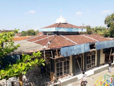 Banner program 47 tahun Masjid kami tidak pernah di renovasi dan hampir roboh