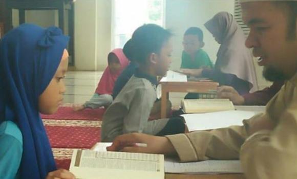 Banner program Sedekah untuk Guru Ngaji - Ayo Bantu Selamatkan Keluarganya  Akibat Dampak Pandemi